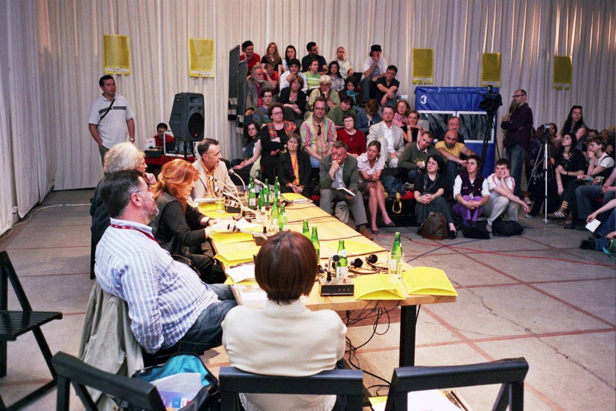 """Dragoljub Žarković govori na seminaru """"Uloga medija u tranzicionoj pravdi"""" u okviru konferencije """"Tranziciona pravda u bivšoj Jugoslaviju"""", 16.5.2006."""